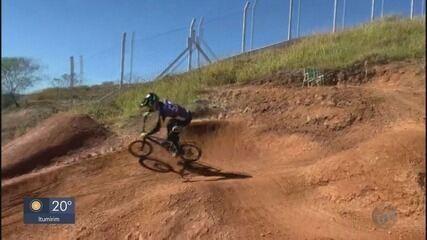Atleta do ciclismo BMX de Poços de Caldas monta pista para treino em casa