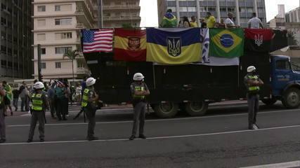 Manifestantes pró-Bolsonaro levam bandeiras com símbolos também adotados por neonazistas para Avenida Paulista
