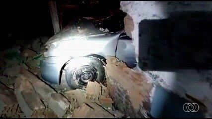 Motorista bate em muro e foge deixando duas crianças no carro, em Anápolis