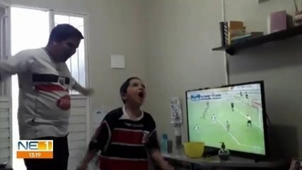 Pequeno torcedor do Santa Cruz viraliza com reprise na Globo