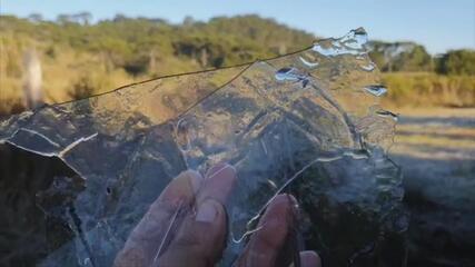 São Joaquim tem poças de água congeladas após amanhecer frio na Serra Catarinense