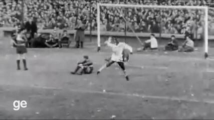 Em 1963, Pelé marca contra o Boca Juniors na final da Libertadores