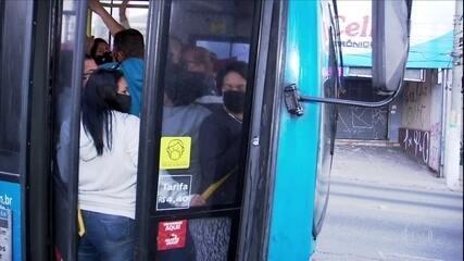 Ônibus lotado no primeiro dia da medida que limita número de passageiros