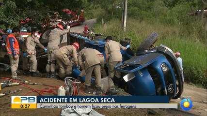 Caminhão fica sem freio e capota em curva na zona rural de Lagoa Seca