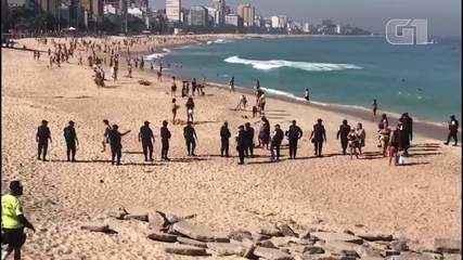 Polícia retira banhistas da areia em praia da Zona Sul do Rio