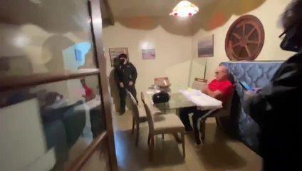 Vídeo mostra momento em que Queiroz é preso em Atibaia, no interior de SP