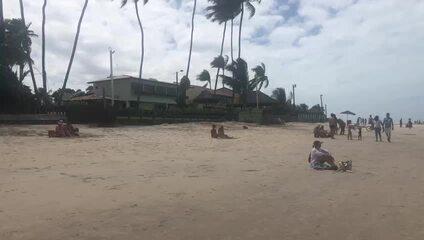 Banhistas vão a Porto de Galinhas após liberação de banho de mar em meio à pandemia