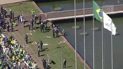 Apoiador do Bolsonaro invade espelho d'água durante manifestação em Brasília