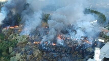 Incêndio em área de mata atinge materiais de fábrica em Mairinque