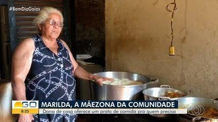 Dona de casa oferece comida para quem precisa na comunidade onde mora, em Goiânia