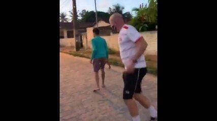 Técnico do Santa Cruz, Itamar Schülle, bate bola com crianças na rua