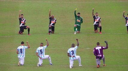 Jogadores de Vasco e Macaé se ajoelham em protesto antes da partida em São Januário