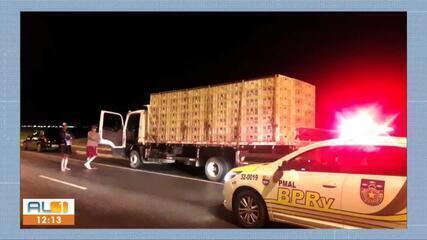 Caminhão é apreendido com mais de 900 frangos em Maceió