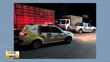 Mais 3 caminhões com frangos sem certificação sanitária e nota fiscal são apreendidos