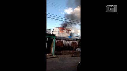 Incêndio destrói parte de casa no DF após vizinho atear fogo em enxame de marimbondos
