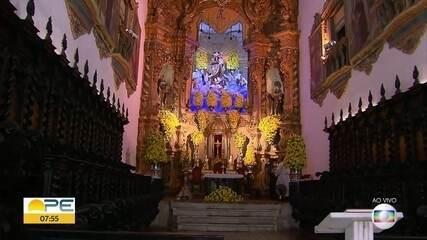 Fiéis prestam homenagens à Nossa Senhora do Carmo em meio às restrições na pandemia