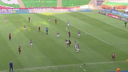 Gilberto dá o bote errado em jogada que termina com gol de Pedro