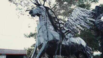 Conheça a história do paranaense que transforma sucata em obra de arte