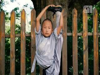 Monge Shaolin mostra suas habilidades de flexibilidade corporal na China