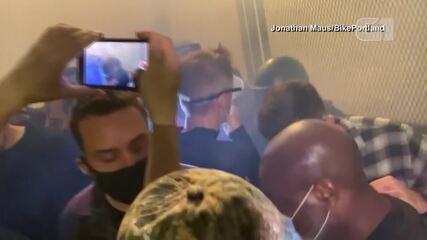 Prefeito de Portland, nos EUA, é atingido por gás lacrimogêneo em noite de protestos