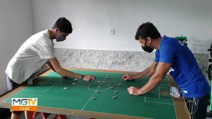 Amigos criam clube para praticar o futebol de botão, em Governador Valadares