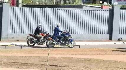 Bolsonaro diz que teste de coronavírus deu negativo e passeia de moto por Brasília