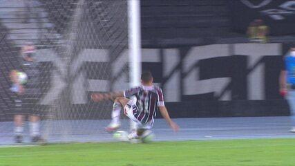 Guilherme Santos bate na saída de Muriel, mas Calegari se estica todo e salva o Fluminense