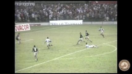 Luís Müller dribla adversário para marcar um golaço para o Remo contra o Paysandu, em 1995