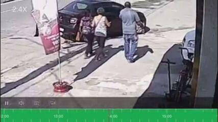 Câmeras flagraram vítima (no meio do vídeo) caminhando ao lado de golpistas em Guarujá, SP