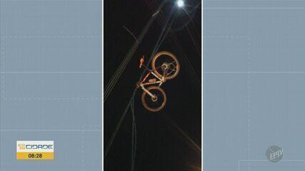 Bicicleta fica presa em rede elétrica após caminhão derrubar fiação de poste em Americana