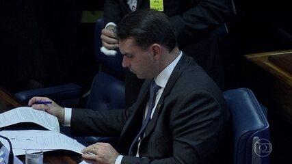 Flávio Bolsonaro diz que Queiroz estaria no Senado se 'nada de anormal tivesse acontecido'
