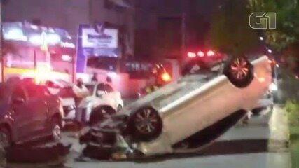 Motorista perde o controle, colide com dois carros e capota veículo em Santos