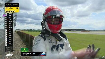 Irritado por deixar a corrida, Kvyat empurra a câmera no GP da Inglaterra