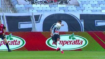 Gol do Atlético-MG! Jair aproveita falha na cobrança de falta pra marcar, aos 18' do 1T