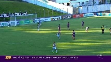 Um pé na final: Brusque e Chape vencem jogos da ida das semifinais do estadual