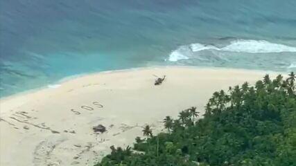 Marinheiros resgatados da ilha do Pacífico após escreverem 'SOS' na areia