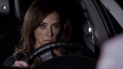 Apenas de camisola, Tereza Cristina vai para a casa de Pereirinha