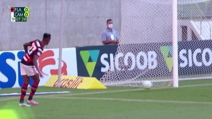 Que isso, cara? Bruno Henrique se aproveita de falha, mas perde gol inacreditável, aos 7' do 1T
