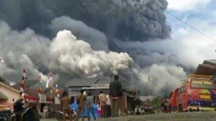 Vulcão na Indonésia lança nuvem de fumaça a cinco quilômetros de altura
