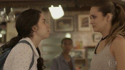 Débora pede que Cassandra esqueça que tem irmã