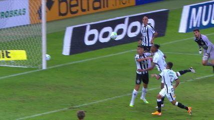 Bola levantada, Rafael sai muito errado e Jô cabeceia, mas Rever passa por cima da linha, aos 44 minutos