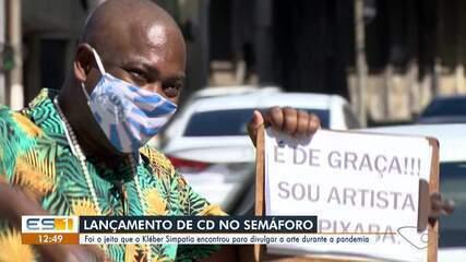 Cantor do ES vende CDs em semáforos durante a pandemia