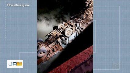 Caminhão caçamba cai de ponte próximo a Silvânia