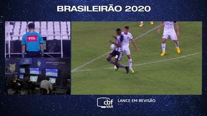 Não valeu! Arbitragem consulta o VAR e anula gol do Botafogo, devido ao toque de mão de Babi, aos 31 do 2º tempo