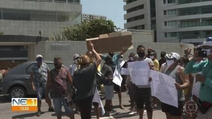 Barraqueiros e ambulantes protestam pedindo retomada das atividades comerciais em praias