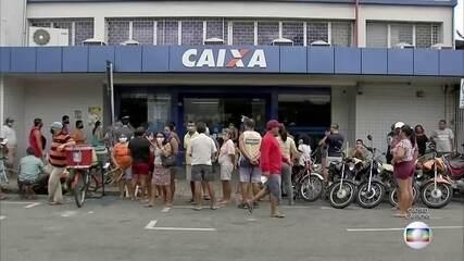 Milhares de brasileiros voltam a enfrentar filas no fim de semana para sacar auxílio e FGTS emergenciais