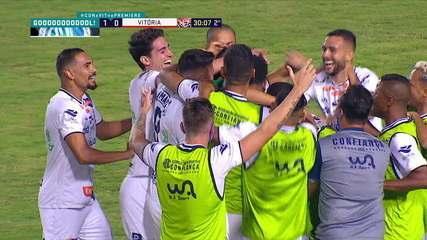 Gol do Confiança! Leandro Kivel aproveita bola na entrada da área e abre o placar, aos 29' do 2° tempo