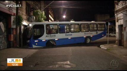 Ônibus atinge frente de casa em Belém