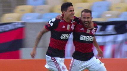 Gol do Flamengo! Everton Ribeiro dá um belo chapéu no goleiro e abre o placar, aos 05' do 1° tempo