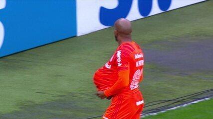 Gol do Internacional! Thiago Galhardo cruza e Patrick empata, aos 27' do 1T